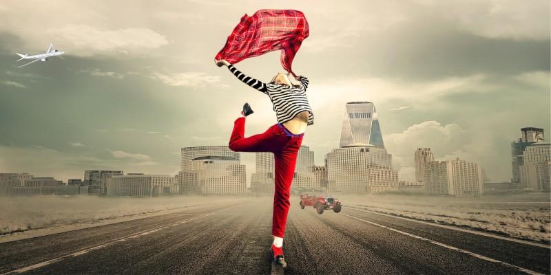 Найди 10 отличий: Девушка на дороге